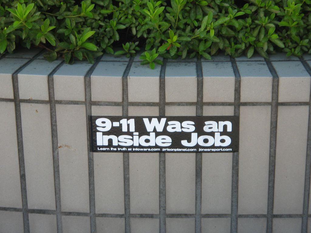 """Naplánovat na jeden den vojenská cvičení i teroristický útok, to už chce pořádného fištróna. není divu, že je stále víc lidí v USA i ve světě přesvědčeno o tom, že celé 11. září 2001 byl """"inside job? neboli vnitřní práce."""