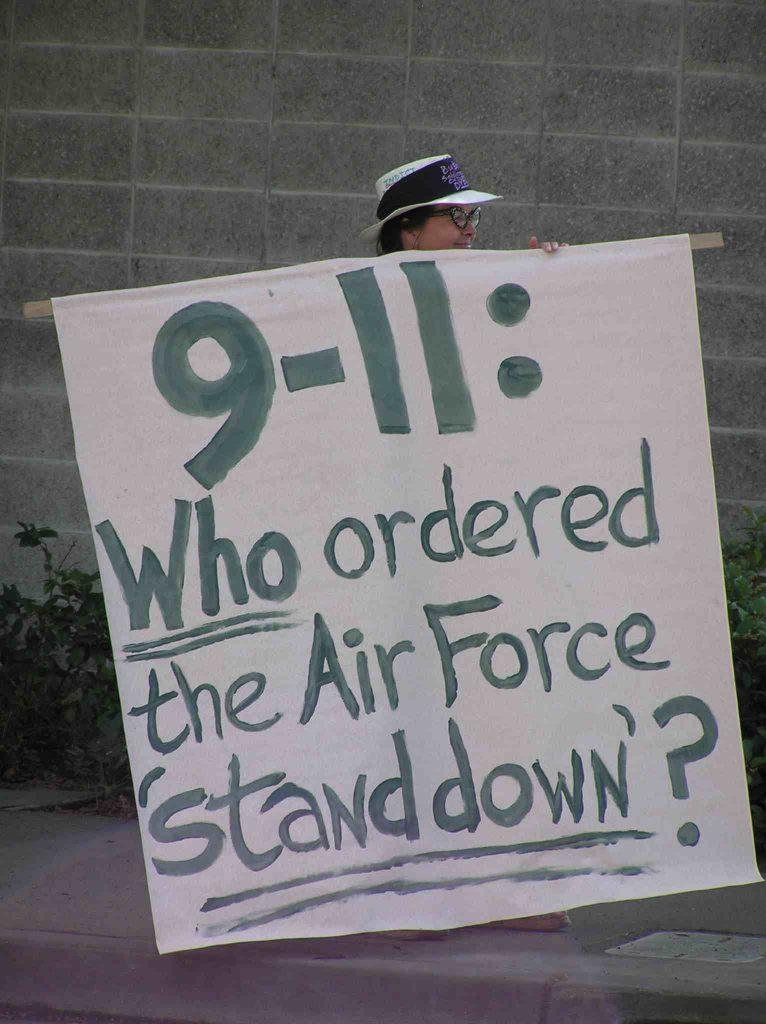Kdo nařídil 11. září 2001, aby nevzlétly stíhačky? Dobrá otázka...