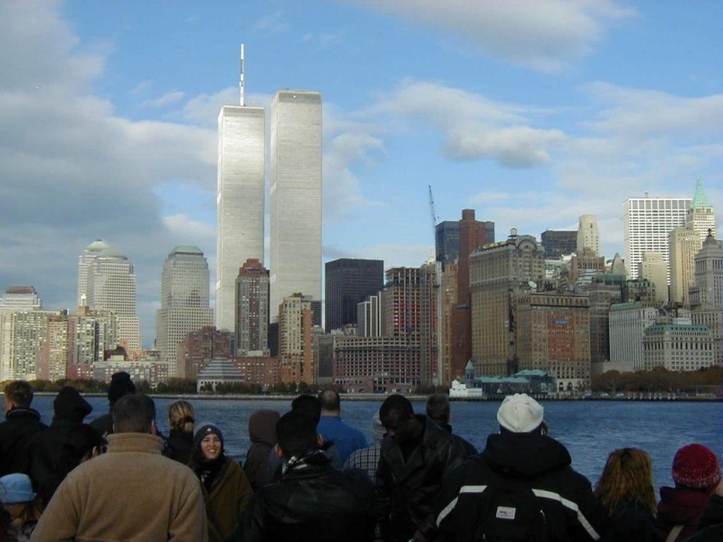WTC bylo desítky let dominantou New Yorku, málokdo dnes ale ví, že ekonomicky prodělávalo a jeho vlastník žádal úřady několikrát o to, aby mohl WTC strhnout zřízenou demolicí. To ale kvůli jedovatému azbestu v konstrukci nebylo možné. Až přišlo 11. září 2001.
