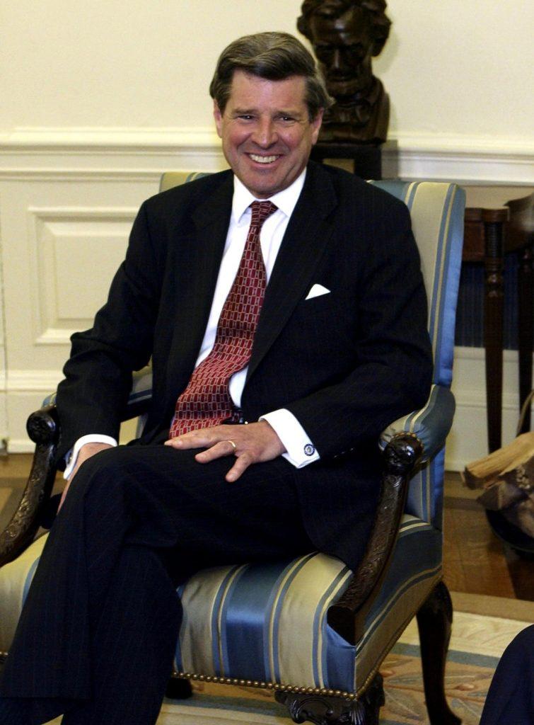 Kdo umí, ten umí. I když měl Lewis Paul Bremer kancelář v jižní věži, 11. září jako jeden z mnoha dobře informovaných lidí do práce vůbec nedorazil. Místo toho, aby zahynul se svými zaměstnanci, vyrazil do televize NBC, aby Američanům vysvětlil, že za útoky může Usáma a Irák. V roce 2003 se pak Bremer stal šéfem americké okupační správy v Iráku. Někdo se zkrátka vyzná. Foto Profimedia