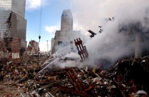 Žádné palačinky. První oficiální vyšetřovací verze popsala kolaps WTC jako takzvaný progresivní, neboli palačinkový efekt, kdy horní patra padají na ta spodní. Problém je, že z jádra obou budov a jednotlivých pater zbyl prakticky jenom prach. Foto Wikimedia Commons