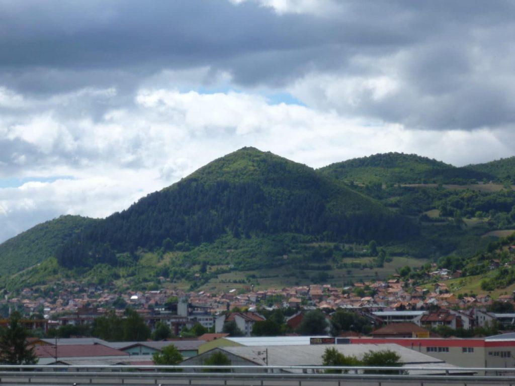 Snad to s objevem nedopadne jako v případě pyramid v Bosně. Ty jsou na rozdíl od egyptských, protože v Bosně není poušť, porostlé vegetací. Ačkoli v Bosně probíhá rozsáhlý výzkum, včetně komplexu betonových tunelů pod nimi, velká část vědecké obce tvrdí, že v Bosně žádné pyramidy nejsou.